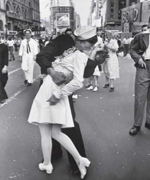 Un marinero besa a una enfermera durante el desfile del Día de la Victoria en Nueva York
